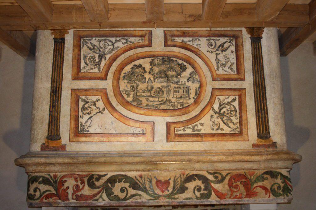Fin de l'intervention de restauration sur une peinture murale datant du XVIIème siècle sur une cheminée monumentale, Les Jacobins, Nantes